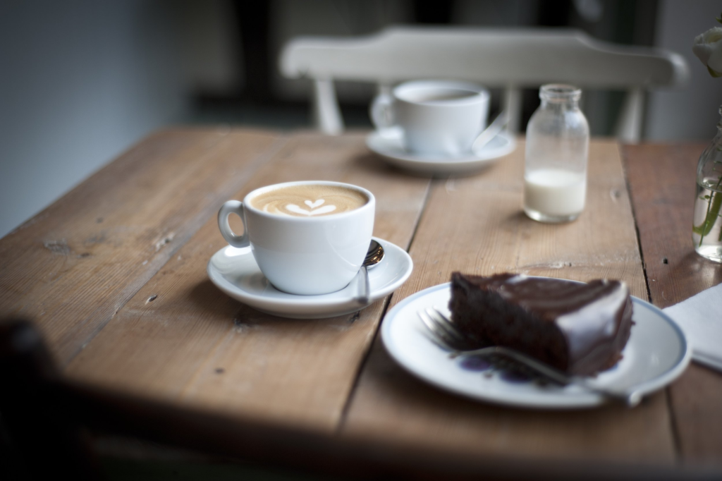 кофе с шоколадным тортом