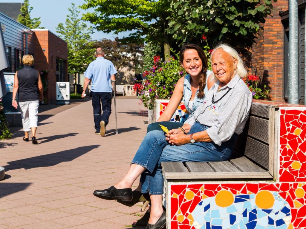 на улице в голландском поселении для больных деменцией