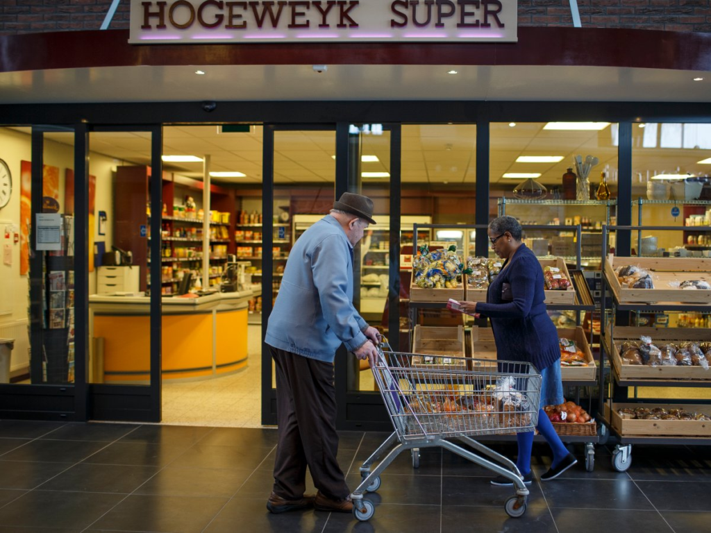 шоппинг в голландском поселении для больных деменцией