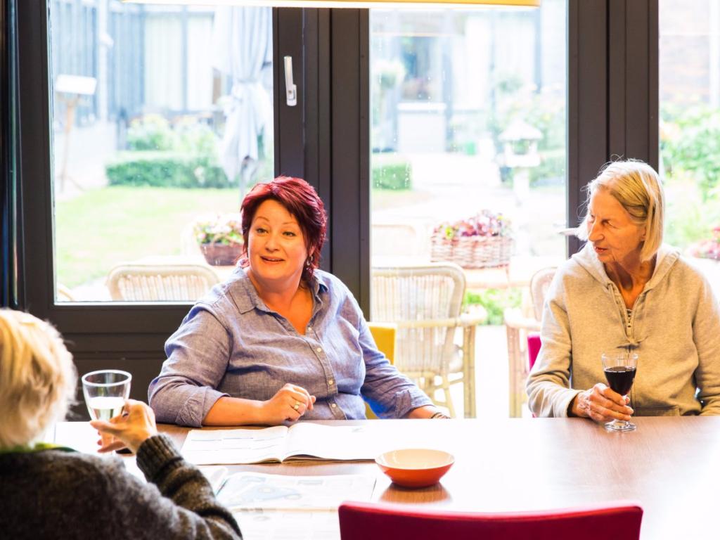пациенты в голландском поселении для больных деменцией