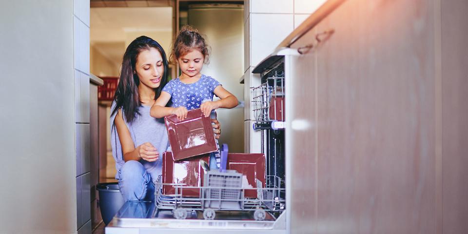 мытье посуды в посудомоечной машине