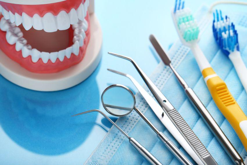 инструменты стоматолога и челюсть