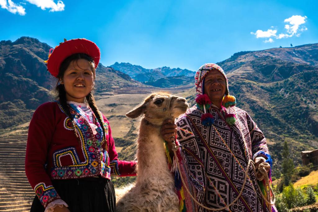 коренные американцы с их ламой в Священной долине, Куско, Перу