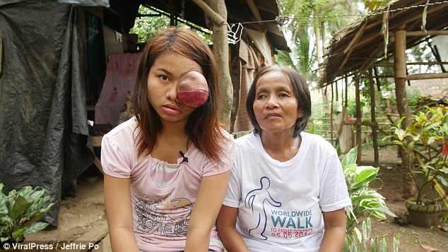 Девочка со своей матерью