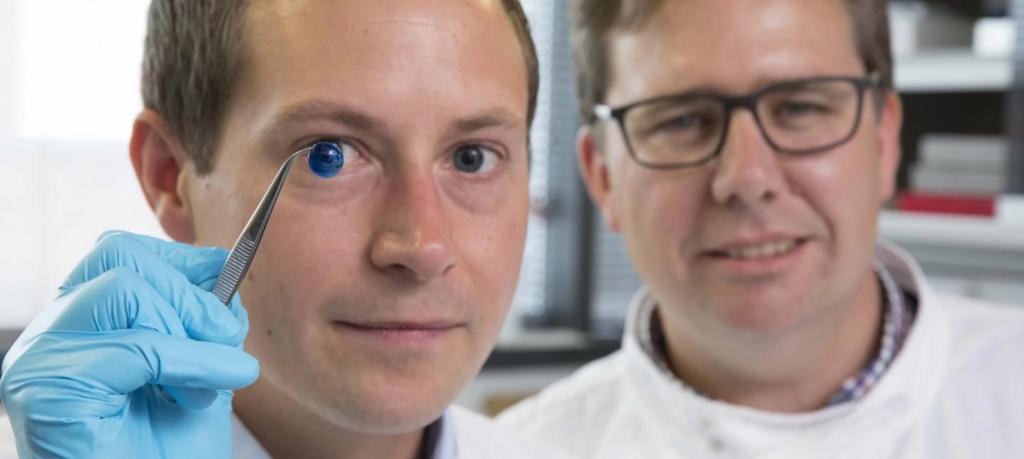 Два из исследователей, создавшие 3D-роговицу