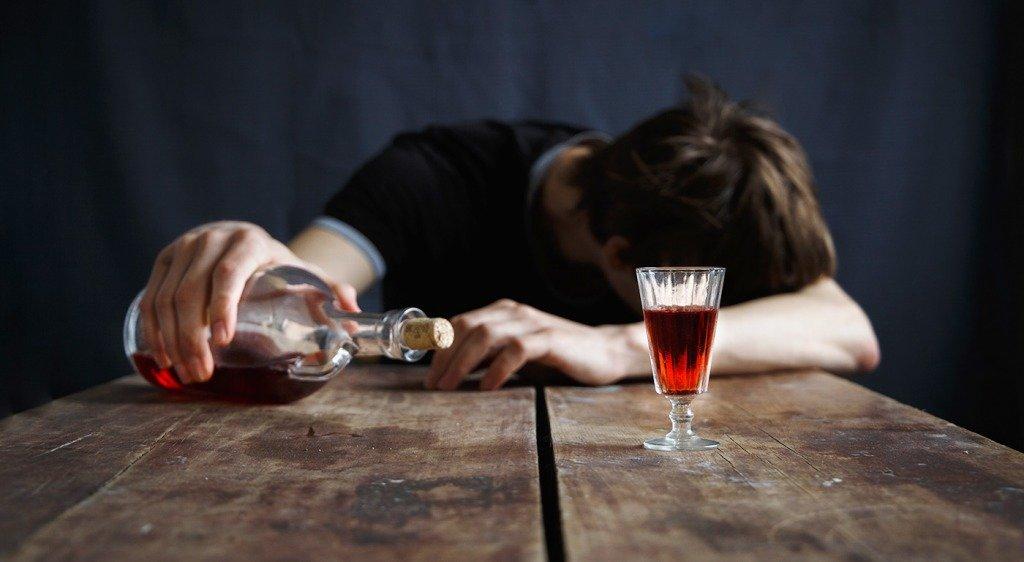 Почему алкоголик пьет