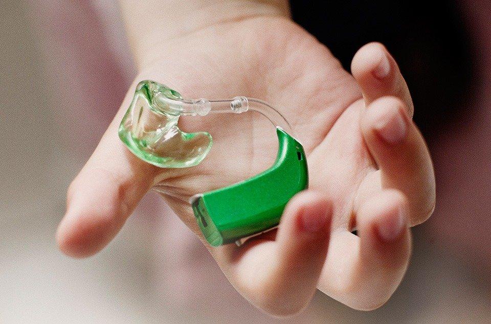 цветной слуховой аппарат для ребенка