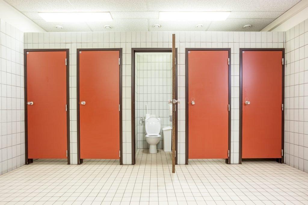 в общественном туалете