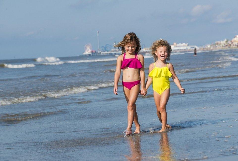 Дети на пляже гуляют