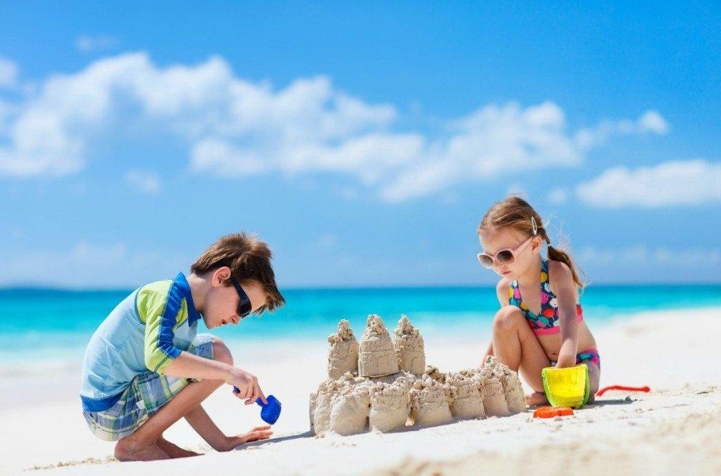 Дети на пляже играют в песок