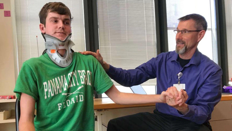 Брок Майстер проходит физическую терапию.
